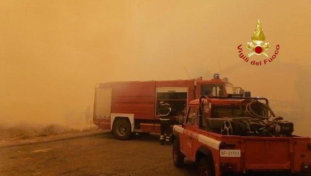 """""""NJË DRAMË…""""/ Autoritetet italiane kërkojnë ndihmë për neutralizimin e zjarrit në Sardenjë (FOTO)"""