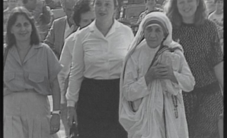 DOSSIER/ Vizita në Shqipëri në gusht '89: Edhe pse shoqja Nexhmije dhe shoku Reiz i kërkuan të fliste diçka për Kosovën, shoqëruesja e Nënë Terezës…