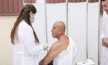 COVID-19/ Ramush Haradinaj bën VAKSINËN, ja ku zgjodhi ta marrë dozën e parë