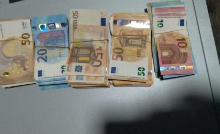 SEKUESTROHEN MBI 20 MIJË EURO TË PADEKLARUARA NË KAKAVIJË/ Nën hetim 58-vjeçarja me banim në Greqi (EMRI)