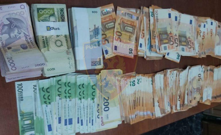 E FUNDIT/ Sekuestrohen mbi 24 mijë euro të padeklaruara në Kapshticë, nën hetim 67-vjeçari nga Lushnja