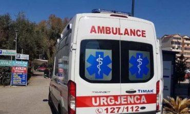 """NJË TJETËR AKSIDENT/ """"Land Rover-i"""" del nga rruga, plagosen dy të rinj në Fier"""
