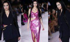 """JO VETËM KËNGËTARE/ Dua Lipa mahnit fansat në rolin e modeles, hap sfilatën e """"Versace"""" në Javën e Modës në Milano"""
