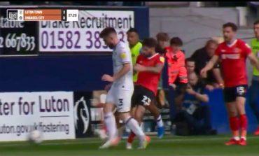 E PAZAKONTË/ Godet kundërshtarin qëllimisht nga prapa, arbitri anglez befason me veprimin e tij (VIDEO)
