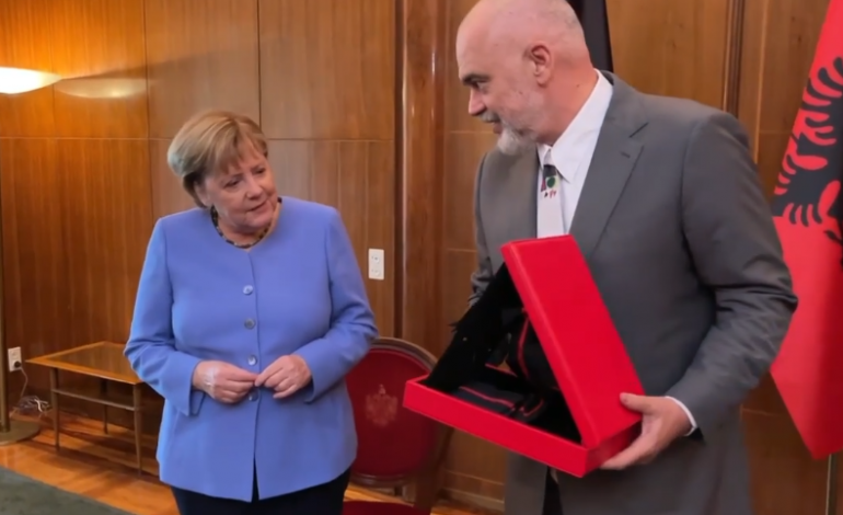 """""""DANKE ANGELA""""/ Rama i bën dhuratën e veçantë kancelares Merkel, ja reagimi i saj (VIDEO)"""