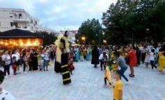 FËMIJËT RIZGJOJNË TRADITËN NË BERAT/ Në qytet festohen karnavalet, spektakël në pedonale