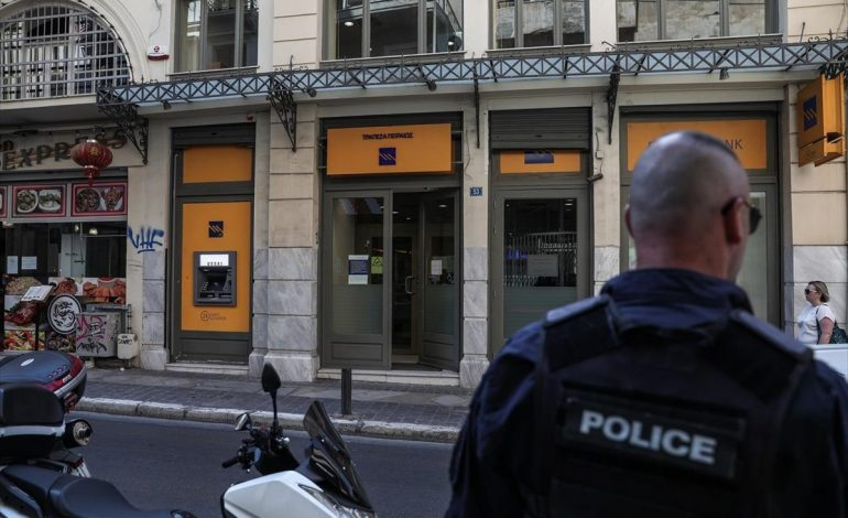 ME ARMË E MASKA/ Dy persona grabisin bankën në mes të ditës në qendër të Athinës, kërcënuan klientët
