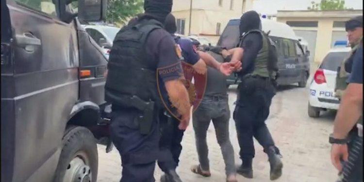 """""""JAM POLIC ORE MË LËSHONI…""""/ Hajduti përplaset me efektivët gjatë arrestimit në Tiranë"""