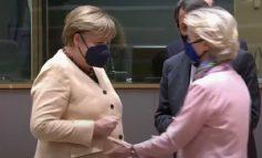 VON DER LEYEN KËRKON T'I SHRËNGOJË DORËN PËR TA PËRSHËNDETUR/ Merkel heziton dhe zbaton masat, momenti bëhet viral
