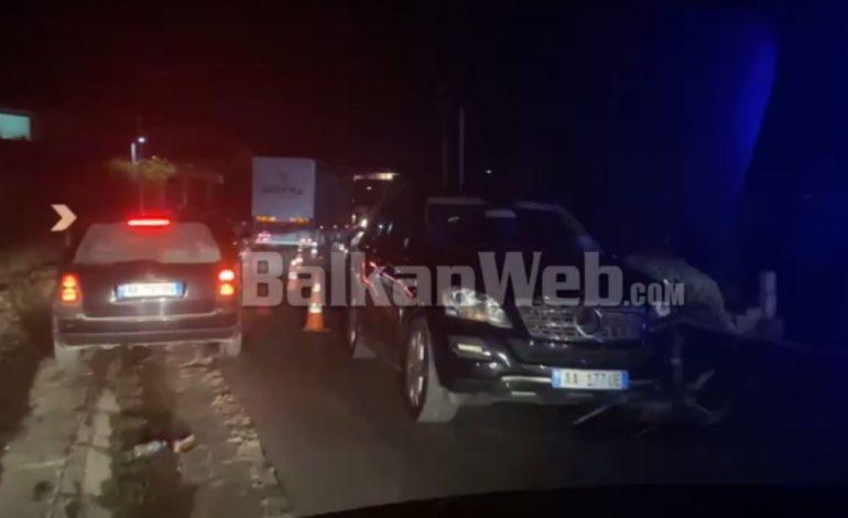 """AKSIDENT NË FIER/ """"Benzi"""" përplas motorin, një i plagosur (VIDEO)"""